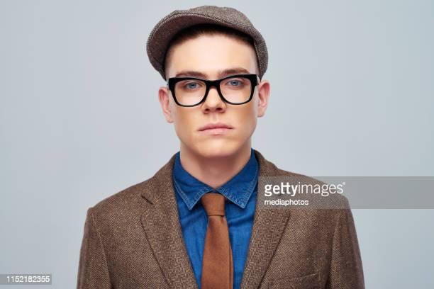 キャップとジャケットでハンサムな若い男 - ツイード ストックフォトと画像