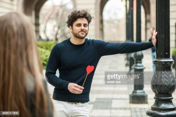 Knappe jonge Man te wachten voor zijn vriendin