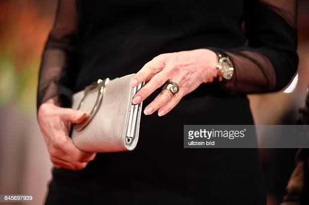 Handtasche einer Frau während der Premiere des Eröffnungsfilms -NOBODY WANTS THE NIGHT- anlässlich der 65. Internationalen Filmfestspiele Berlin