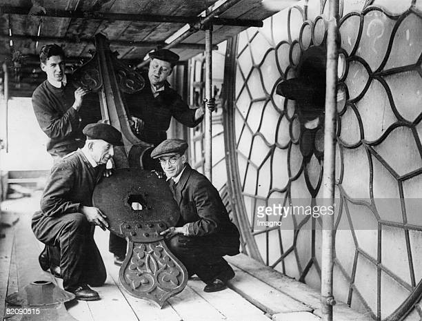 Handymen who are renovating the Big Ben in London with the hour hand of the sight Photograph May the 7th 1934 [Arbeiter bei Renovierungsarbeiten am...