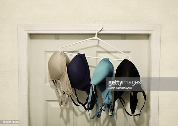 hang dry bra balance - sostén fotografías e imágenes de stock