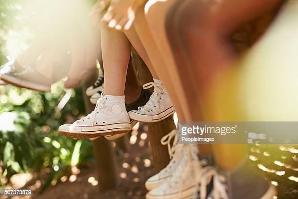 hanging warten für spaß - teenage girls feet stock-fotos und bilder