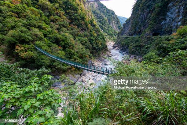 hanging bridge in the taroko gorge, taroko national park, hualien county, taiwan, asia - hualien county stock pictures, royalty-free photos & images