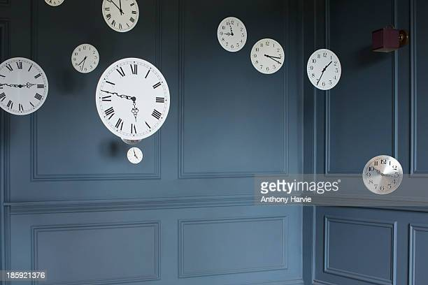 hanging clocks in sitting room - dringendheid stockfoto's en -beelden