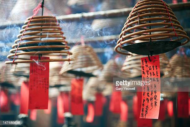 hanging coiled incense burners in man mo temple - yeowell foto e immagini stock