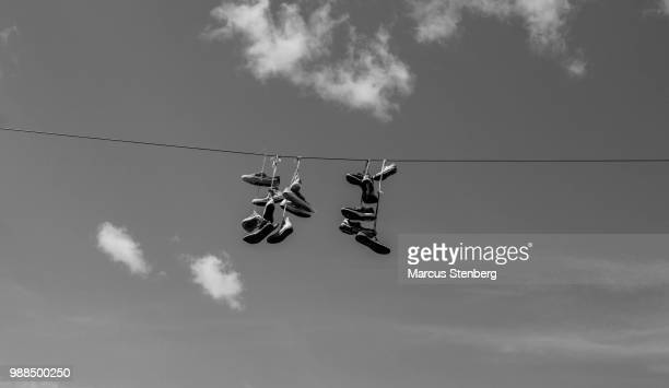 hanging future - sapato preto - fotografias e filmes do acervo