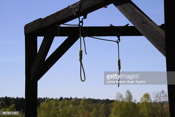 hanging gallows against sky - hanging gallows stock pictures, royalty-free photos & images