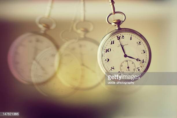 hanging pocket watch - temps qui passe photos et images de collection