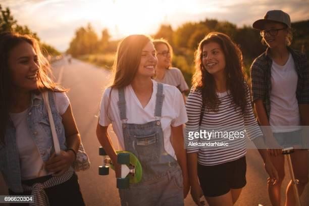 opknoping samen - alleen tienermeisjes stockfoto's en -beelden