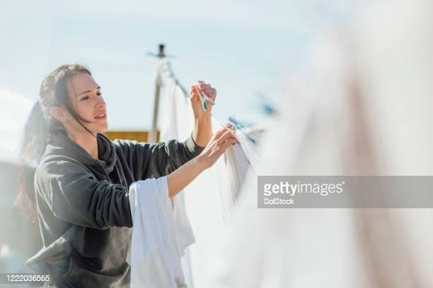 aufhängen waschen - hängen stock-fotos und bilder