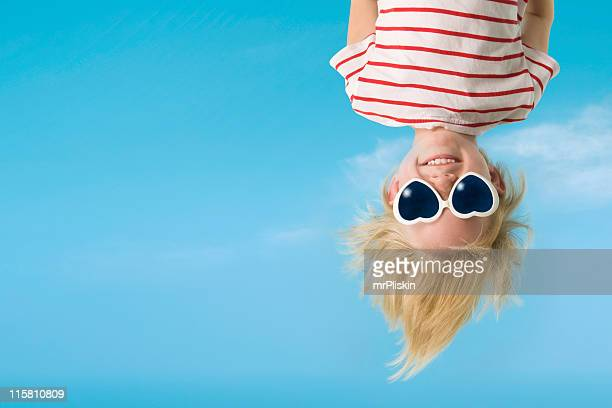 hanging upside down is fun - op z'n kop stockfoto's en -beelden