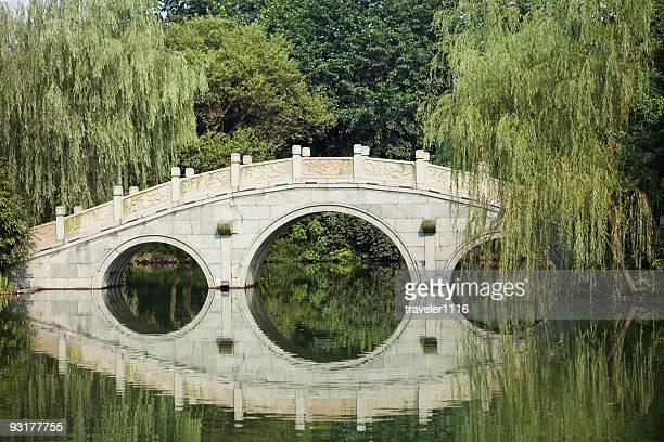hangzhou, china bridge - west lake hangzhou stock pictures, royalty-free photos & images