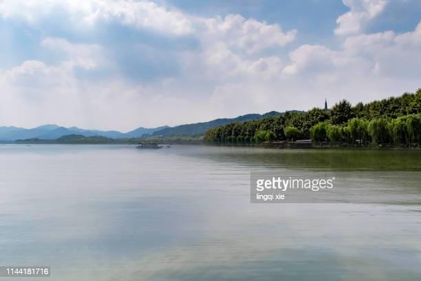 hangzhou gems mountain under blue sky and white clouds - seeufer stock-fotos und bilder