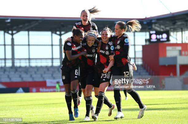 Hanna Glas of FC Bayern Munich celebrates with Lineth Beerensteyn, Sarah Zadrazil and Sydney Lohmann after scoring their side's second goal during...