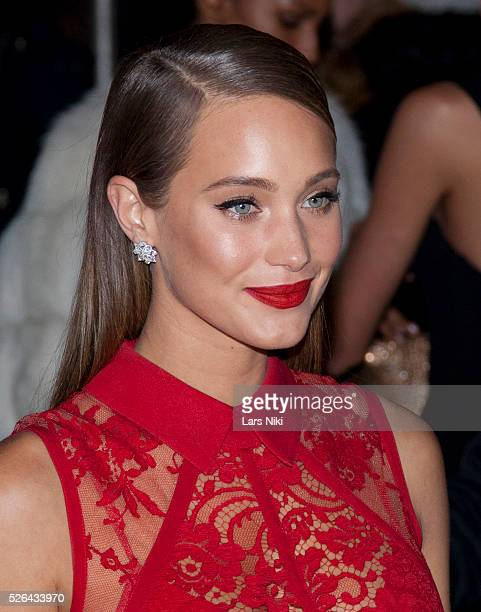 Hannah Davis attends the '2016 amfAR' New York Gala outside arrivals at Cipriani Wall Street in New York City �� LAN