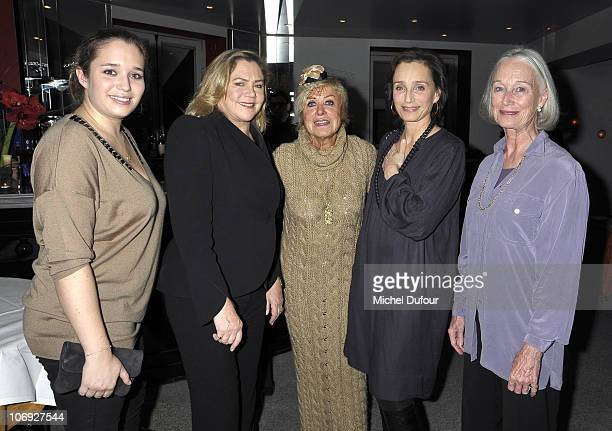 Hannah Olivennes Kathleen Turner Yanou Collart Kristin Scott Thomas and Deborah Scott Thomas attend a dinner honouring actress Kathleen Turner at...