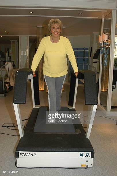 Hanne Haller Fitnesstraining RottachEgern Hotel Bachmair am See Sängerin Fitnessgerät Workout Fitness Trainingsgerät Training Promis Laufband...