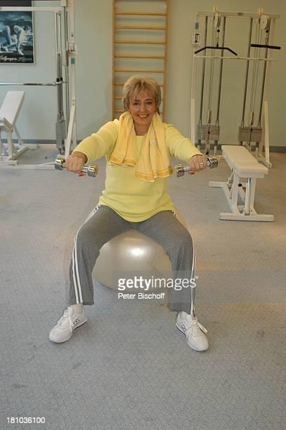 Hanne Haller Fitnesstraining RottachEgern Hotel Bachmair am See Sängerin Fitnessgerät Workout Fitness GymnastikBall Hantel Training Trainingsgerät...
