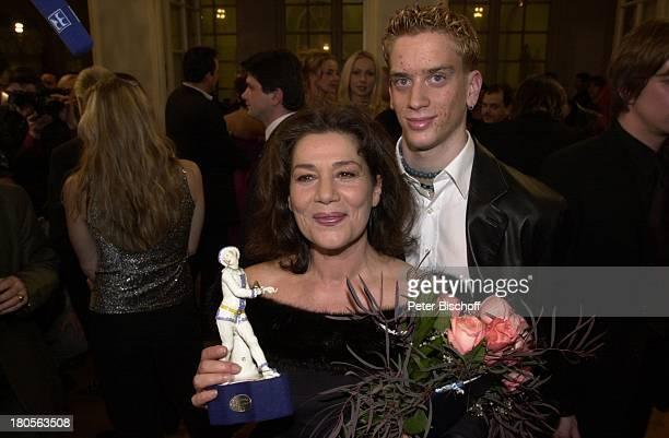 Hannelore Elsner mit Sohn Dominik ElsnerBayrischer Filmpreis CuvillieTheaterMünchen Foyer Statue Preis BlumenBlumenstrauß Abendkleid Abendgarderobe