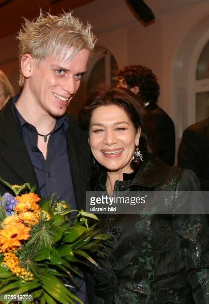 Hannelore Elsner Schauspielerin mit ihrem Sohn Dominik nach der Verleihung des Verdienstorden der Bundesrepublik Deutschland