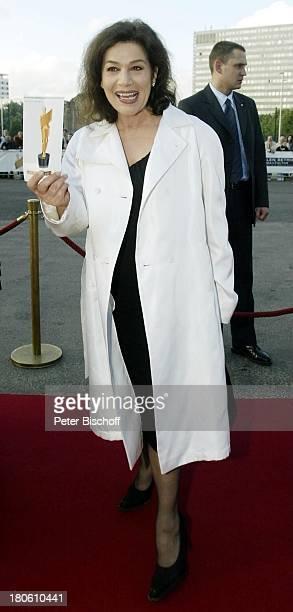 "Hannelore Elsner, Verleihung ""Deutscher Filmpreis 2002"", Berlin, Ankunft, roter Teppich, Mantel, Abendkleid,"