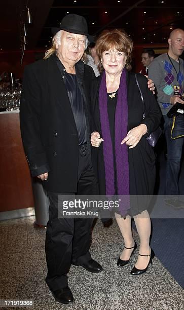 Hannelore Hoger Und Professor Karl Kneidl Bei Der Premiere Des Musicals Hinterm Horizont Im Theater Am Potsdamer Platz In Berlin