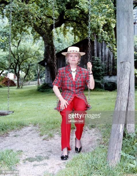 Hannelore Kohl Ehefrau von Dr Helmut Kohl MdB CDU Bundeskanzler Vorsitzender der CDU auf einer Schaukel im Urlaub am Wolfgangsee