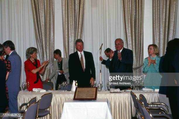 Hannelore Kohl Hillary and Bill Clinton and chancellor Helmut Kohl before delivering a speech at the visit of US presiden Bill Clinton at Gaestehaus...