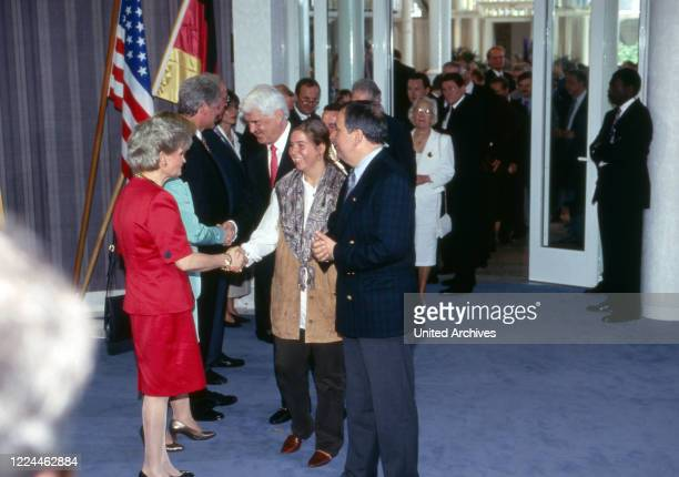 Hannelore Kohl Hillary and Bill Clinton and chancellor Helmut Kohl with visitors' queue at the visit of US presiden Bill Clinton at Gaestehaus...