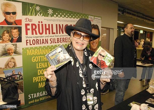 Hannelore Kramm am CDVerkaufsstand Konzert Tournee Das Frühlingsfest 2013 EWEArena Oldenburg Niedersachsen Deutschland Europa Sonnenbrille