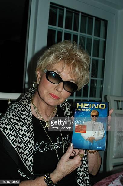 Hannelore Kramm Besuch bei ME L J E R S E Y Homestory Oldenburg Deutschland PNr 1421/2005 Perücke Kurzhaarperücke Sonnenbrille Kette Halskette...