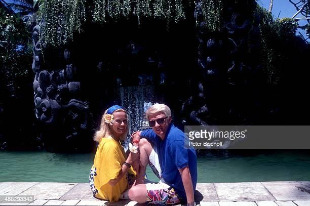 Hannelore Kramm Ehemann Heino am SwimmingPool mit Wasserfall vom BaliHyattHotel in Sanur beim Landausflug bei JubiläumsFlitterwochenKreuzfahrt zum 10...