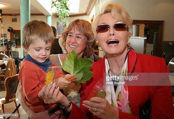 Hannelore Kramm Gast Kind MDRShow 'Ramona' Bad Münstereifel PNr 1354/2005 H e i n o s 'Rathaus Cafe' Innenraum Lutscher Süßigkeiten Bonbons Blatt...