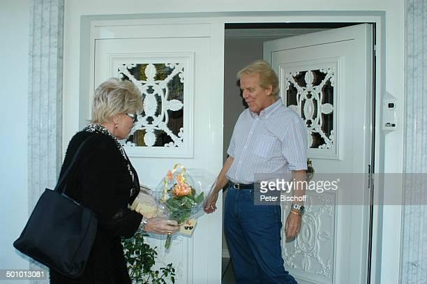 Hannelore Kramm Mel Jersey Besuch bei ME L J E R S E Y Homestory Oldenburg Deutschland PNr 1421/2005 Perücke Kurzhaarperücke Blumenstrauß Haustür...