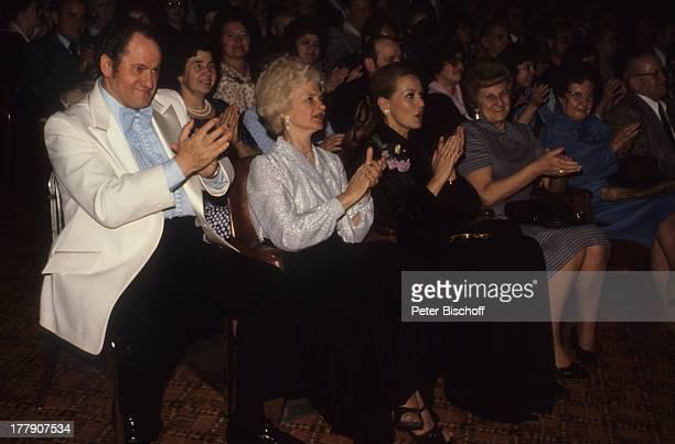 """Hannelore Kramm , Veranstalter Willy Schneider mit Ehefrau , USA-Tournee, Auftritt von H E I N O, """"Civic Auditorium"""", Lakewood, Ohio, Amerika, Fans,..."""