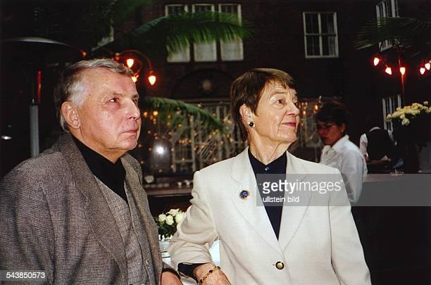 Hannelore Schmidt und Rolf Mares auf dem Empfang anlässlich des 50jährigen Jubiläums des Hamburger Abendblattes im Innenhof des Museums für...