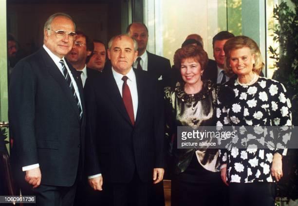 Hannelore und Helmut Kohl heißen Raissa und Michail Gorbatschow am 1261989 in Bonn willkommen Die Paare verstanden sich gut Hannelore Kohl ist tot...