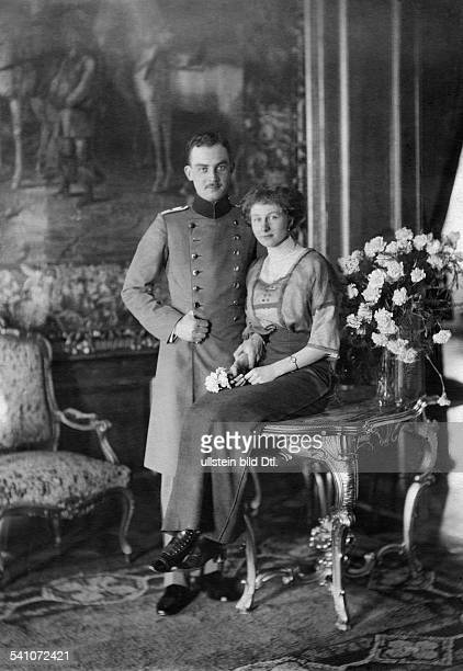 Hannover Ernst August III of Duke of Brunswick Germany*17111887 with his fiancee princess Viktoria Luise of Prussia undated photo Th Schuhmann...