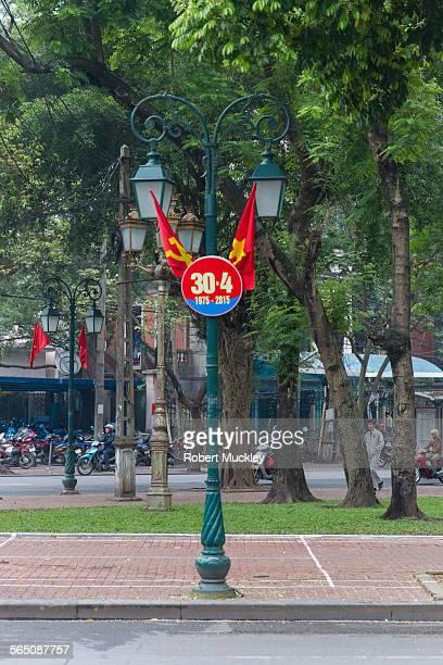 hanoi street - bandiera comunista foto e immagini stock