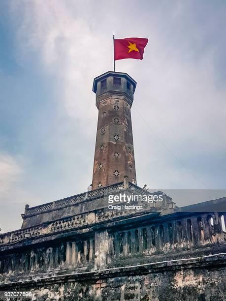 hanoi tower vietnamese national flag flying - internationaal monument stockfoto's en -beelden