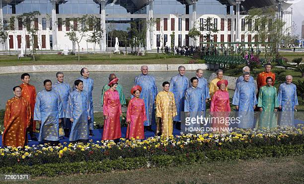 APEC leaders pose for the usual family photo wearing traditionnal Vietnamese Ao Dai clothes 19 November 200 in Hanoi at the end of the AsianPacific...
