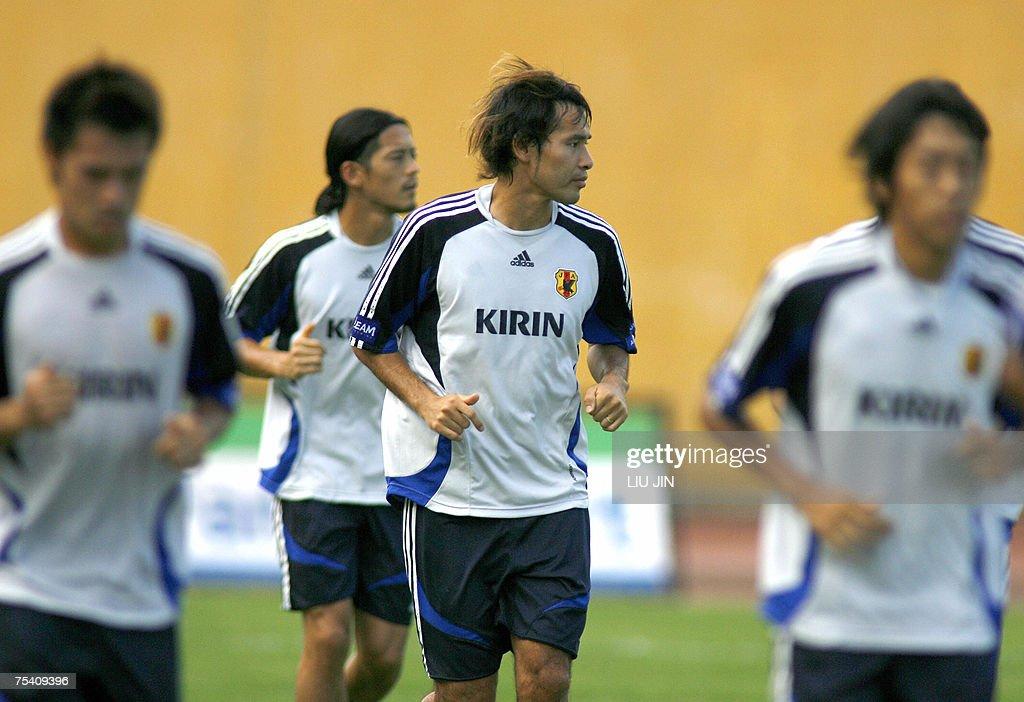 Japanese striker Naohiro Takahara (C) ru... : News Photo