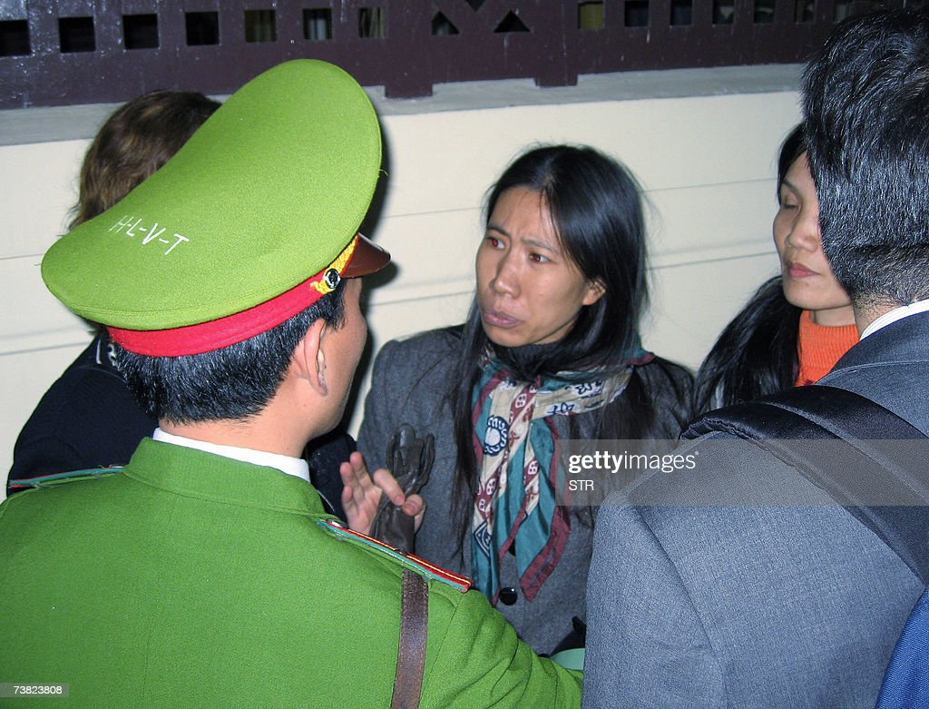 Vu Thuy Ha (C), the wife of Vietnamese d... : News Photo