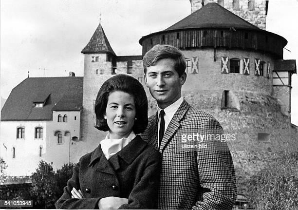 Hans Adam Fuerst von Liechtenstein*-seit-1989-regierender-Fuerst-von-Liechtensteinmit Ehefrau Marie vor Schloss Vaduz, Residenz der Fuersten von...