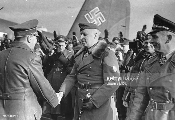 Hans BaurHans BaurHans BauerAdolf Hitler Politiker NSDAP D auf dem Feldflugplatz der Heeresgruppe 'Don' in Saporoshje im Gespräch mit...