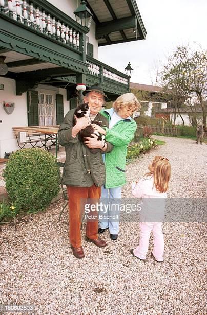 Hans Clarin Ehefrau Christa Enkelin Leonie Homestory Moserhof Aschau am Chiemsee/ Bayern Katze Mimsi Frau Kind umarmen