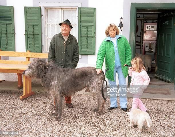 Hans Clarin Ehefrau Christa Enkelin Leonie Homestory Moserhof Aschau am Chiemsee/ Bayern Frau Kind Hund Hunde Wolfshund WestHighlandTerrierTier Hut