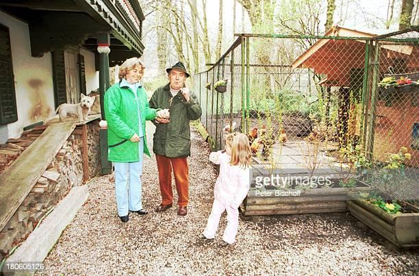 Hans Clarin Ehefrau Christa Enkelin Leonie Homestory Moserhof Aschau am Chiemsee/ Bayern Frau Hund WestHighlandTerrierTier Hut Ei Huhn Hühner