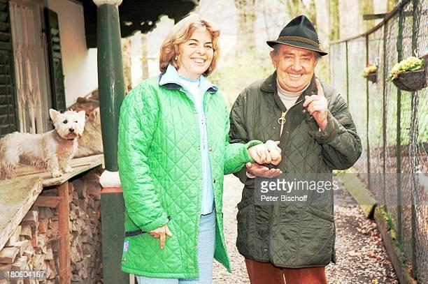 Hans Clarin Ehefrau Christa Homestory Moserhof Aschau am Chiemsee/ Bayern Frau Hund WestHighlandTerrierTier Hut Ei