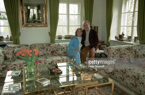 Hans Clarin Ehefrau Christa Homestory Moserhof Aschau am Chiemsee/ Bayern Frau Blumen Vase Tisch umarmen